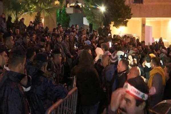 تجمع معترضان مقابل منزل نخست وزیر لبنان