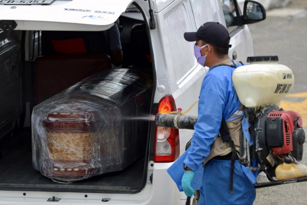 خبرنگاران شیوع کرونا، اکوادور را با کمبود تابوت روبرو کرد